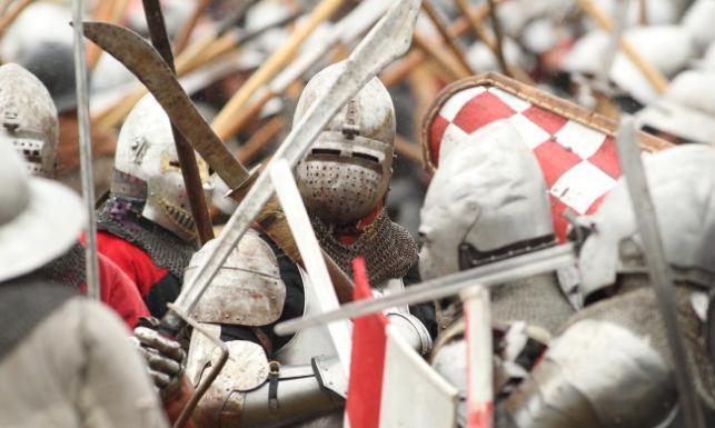 Ponowne starcie wojsk krzyżackich i polsko-litewskich. Inscenizacja bitwy pod Grunwaldem. ZDJĘCIA