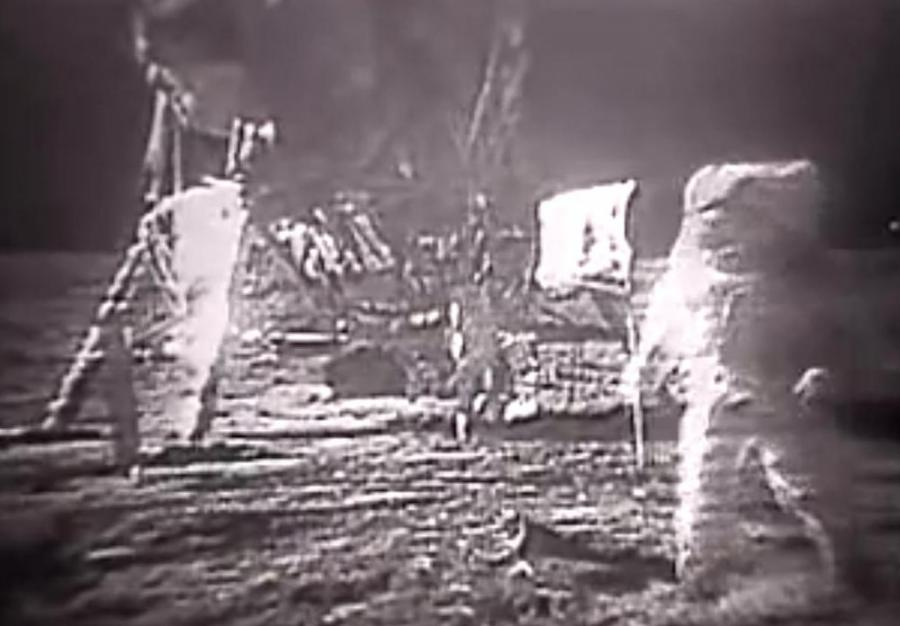 Astronauci z misji Apollo 11 na Księżycu