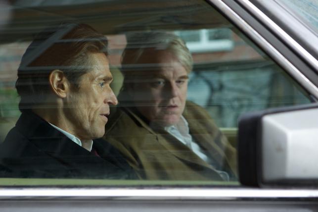 """Willem Dafoe i Seymour Hoffman w filmie """"Bardzo poszukiwany człowiek"""""""