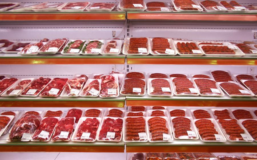 Mięso na półkach w sklepie