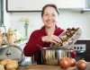 Kobieta przygoowująca danie