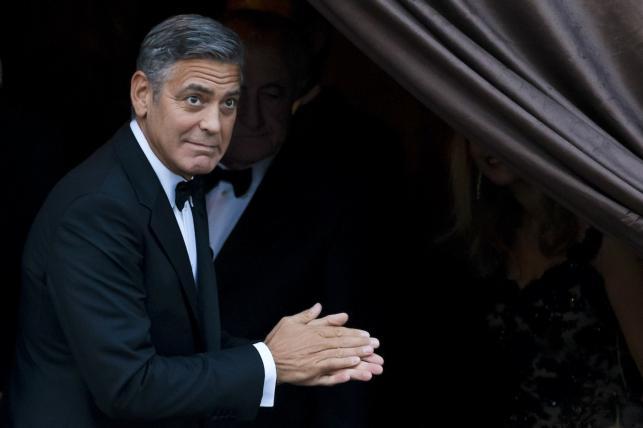 George Clooney wita ślubnych gości