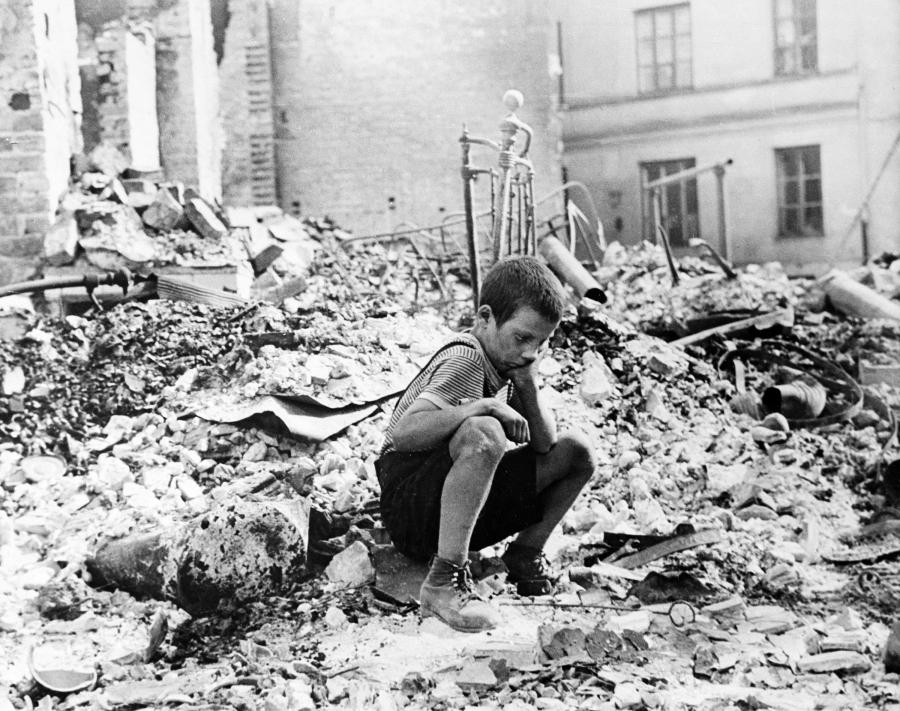Chłopiec na gruzach domu w Warszawie zbombardowanego we wrześniu 1939 roku przez Niemców