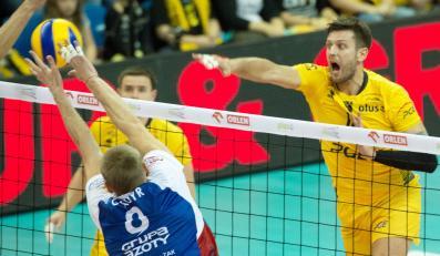 Piłkę zbija Michał Winiarski (P) z miejscowej PGE Skry, blokuje Jurij Gladyr (L) z ZAKSA Kędzierzyn-Koźle w meczu ekstraklasy siatkarzy, rozegranym w Bełchatowie