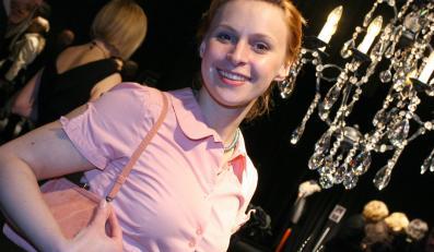 Zabiegana Paulina Holtz między klapsami karmi swoją córeczkę