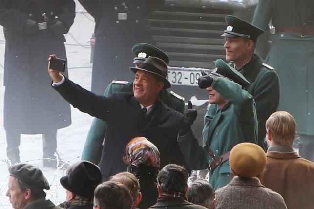 """Tom Hanks robi sobie selfie na planie """"St.James Palace"""" w Berlinie"""