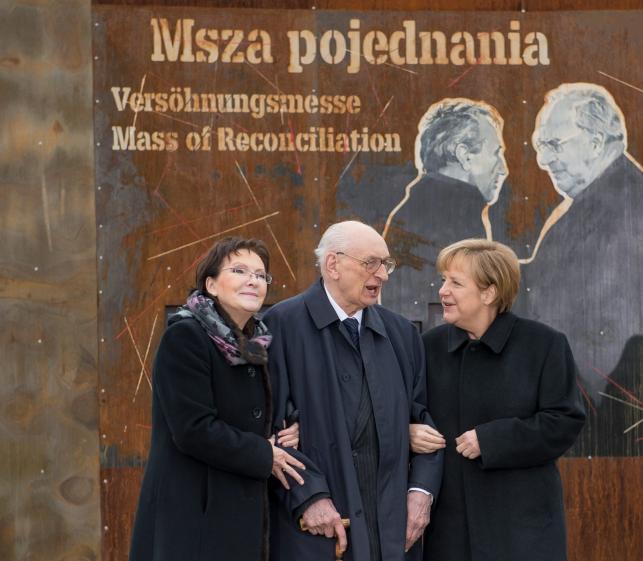 Premier Ewa Kopacz i kanclerz Niemiec Angela Merkel w towarzystwie sekretarza stanu w Kancelarii Prezesa Rady Ministrów i pełnomocnika Prezesa Rady Ministrów do spraw dialogu międzynarodowego Władysława Bartoszewskiego