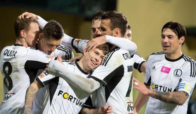 Piłkarze Legii Warszawa cieszą się z gola Jakuba Koseckiego (C) podczas meczu piłkarskiej Ekstraklasy z PGE GKS Bełchatów
