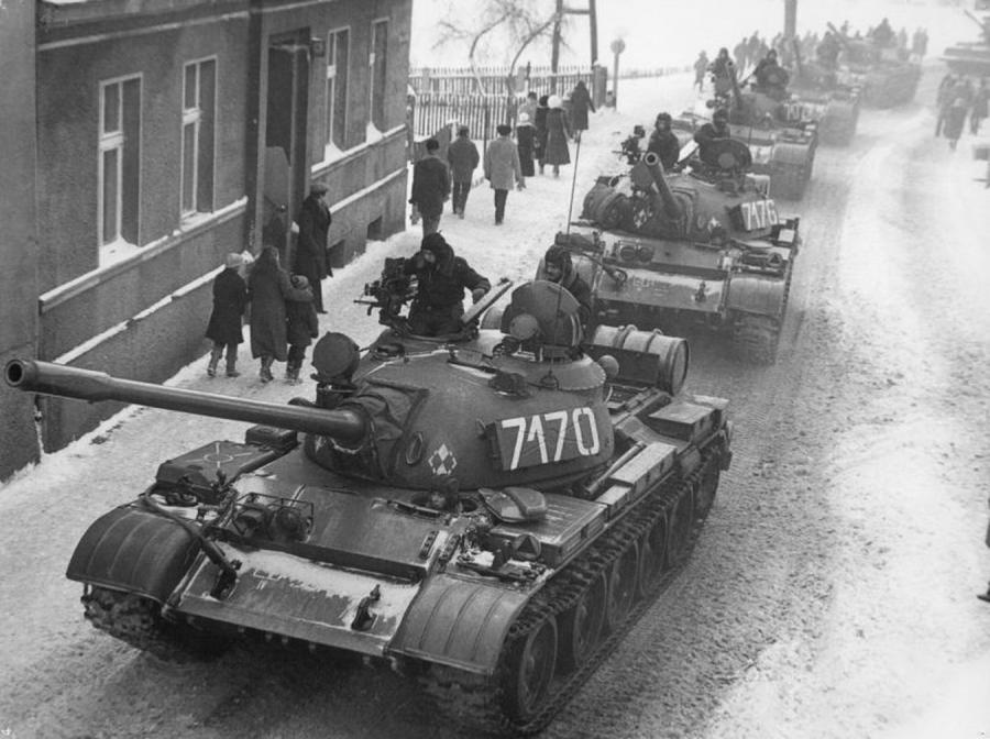 Stan wojenny. Czołgi T-55 w Zbąszyniu (fot. \