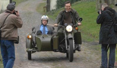 Zdjęcie z 2008 roku. Radosław Sikorski i Piotr Paszkowski (ówczesny rzecznik MSZ) jadą zabytkowym motocyklem