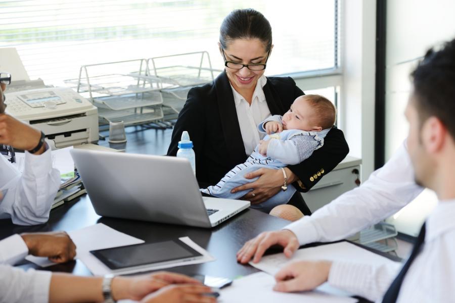 Matka z dzieckiem w biurze