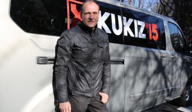 Kandydat na urząd prezydenta RP - Paweł Kukiz, podczas składania w Państwowej Komisji Wyborczej, podpisów wymaganych do rejestracji jako kandydata