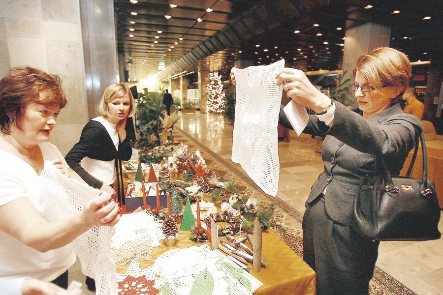 Minister Julia Pitera kupiła piękny obrus na wigilijny stół