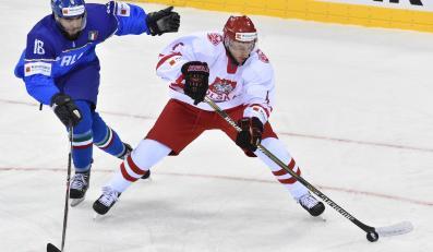 Polak Patryk Wajda (P) walczy o krążek z Włochem Giovannim Morinim (L) podczas meczu hokejowych mistrzostw świata dywizji 1A w Krakowie