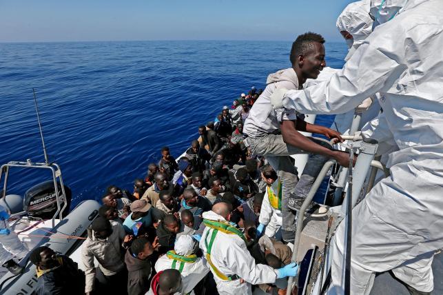 IMIGRANCI PŁYNĄ Z AFRYKI DO EUROPY NA TRATWACH I PONTONACH
