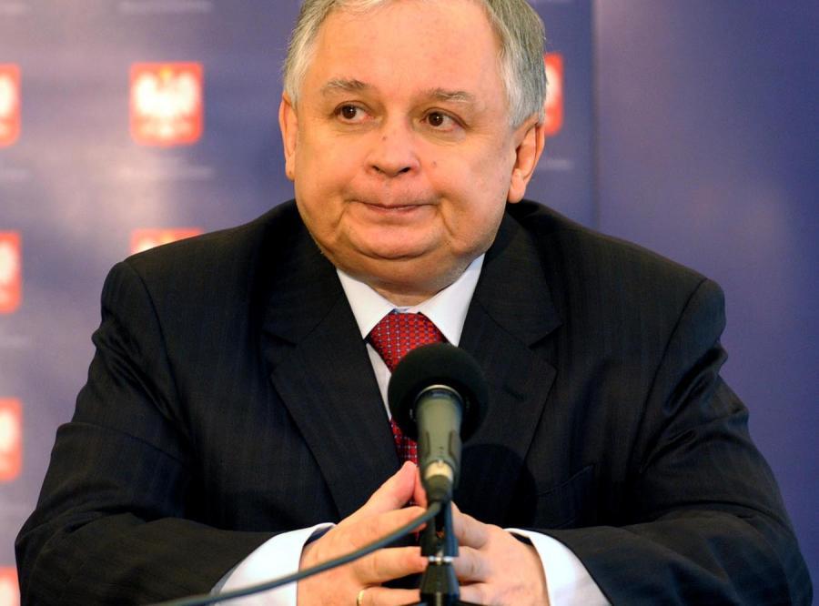 Lech Kaczyński tłumaczył, że ustawa działa wstecz, bo pozwala pracować w obecnym wywiadzie i kontrwywiadzie osobom, które nie przeszły weryfikacji.