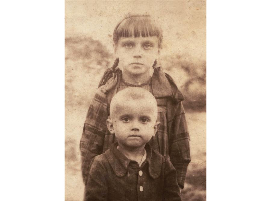 Terenia Ferenc i jej brat Jaś. Zdjęcie zrobione dwa miesiące po pacyfikacji Soch (fot. archiwum Anny Janko)