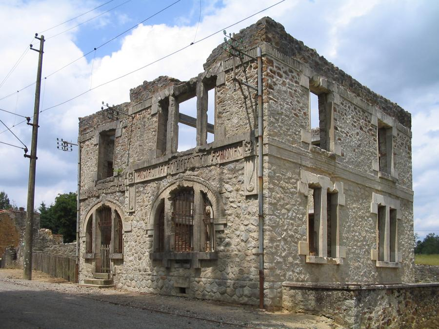"Oradour-sur-Glane, ruiny poczty. (fot. ""Oradour-sur-Glane-Church-1295"", autor: Dna-Dennis, Wikipedia)"