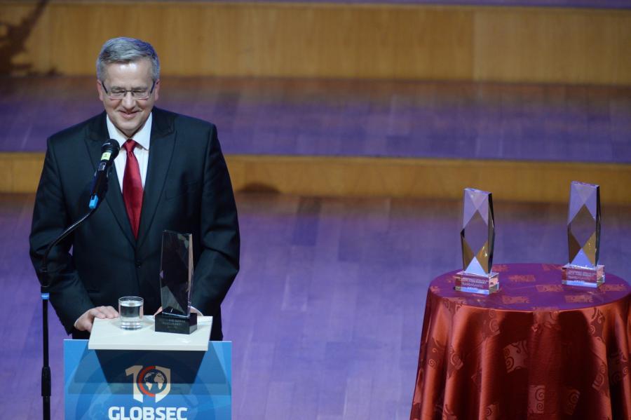 Prezydent RP Bronisław Komorowski otrzymał Czeską i Słowacką Nagrodę Transatlantycką (CSTA), podczas specjalnej gali w słowackiej filharmonii w Bratyslawie