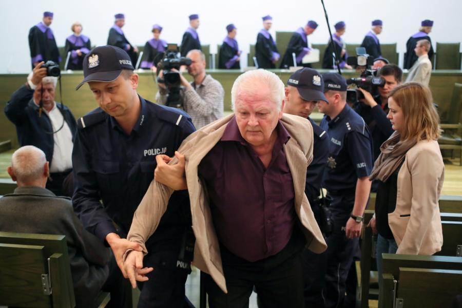 Rzecznik prasowy partii Dzielny Tata Janusz Komór został siłą usunięty przez policjantów z sali sądowej za zakłócanie posiedzenie Sądu Najwyższego
