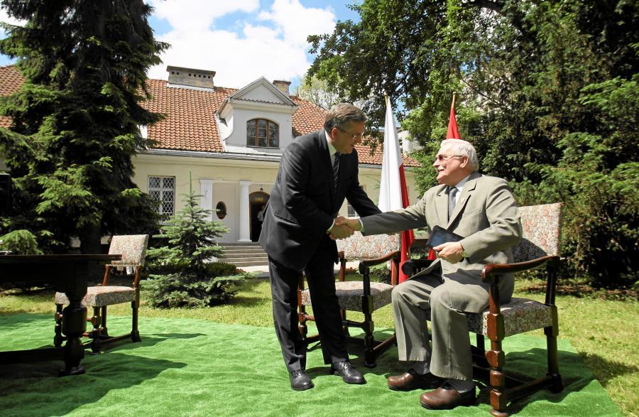 Lech Wałęsa i Bronisław Komorowski przed willą Narutowicza