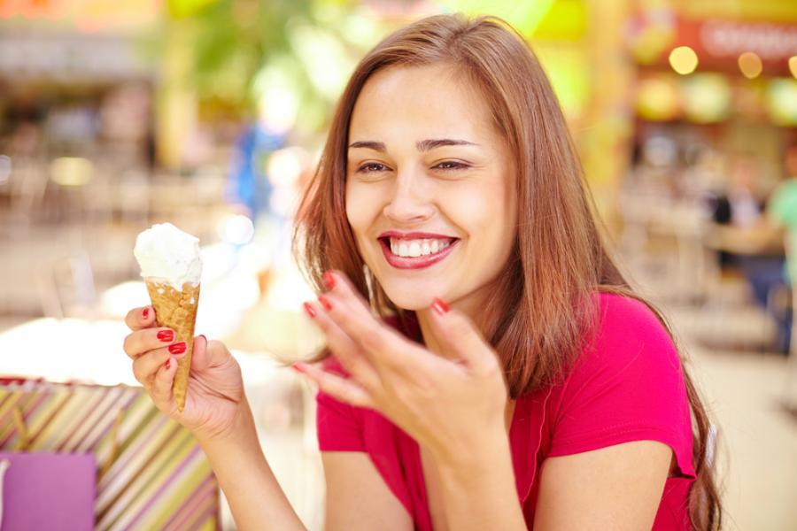 Kobieta jedząca lody
