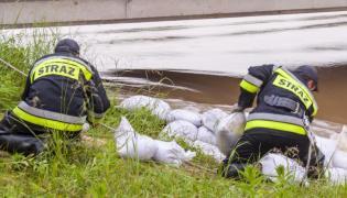 Powódź. Rzeka Mała Panew występuje z brzegów w miejscowości Zielona. Strażacy umacniają okolice mostu
