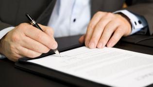 Biuro, podpisywanie dokumentu