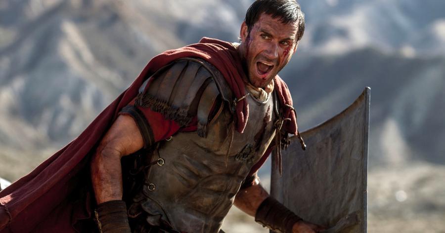 Joseph Fiennes jako trybun Klawiusz