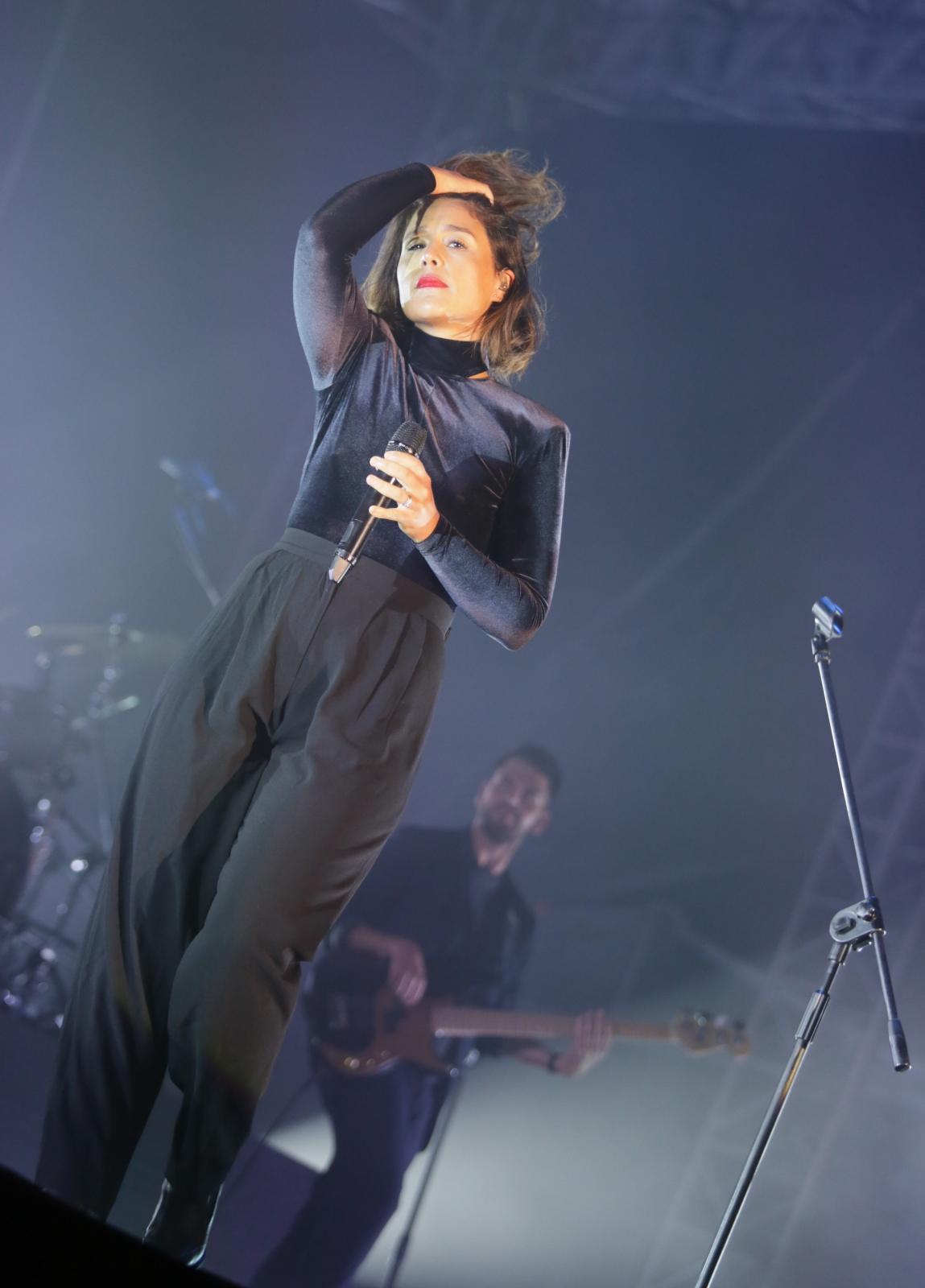 Jessie Ware podczas koncertu na Placu Defilad