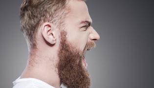Mężczyzna krzyczy