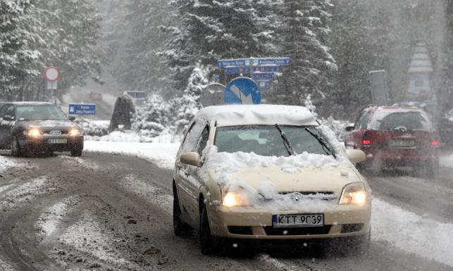 Zima zastawiła pułapkę w Polsce. Drogi zasypane śniegiem, jest ślisko i niebezpiecznie. ZDJĘCIA