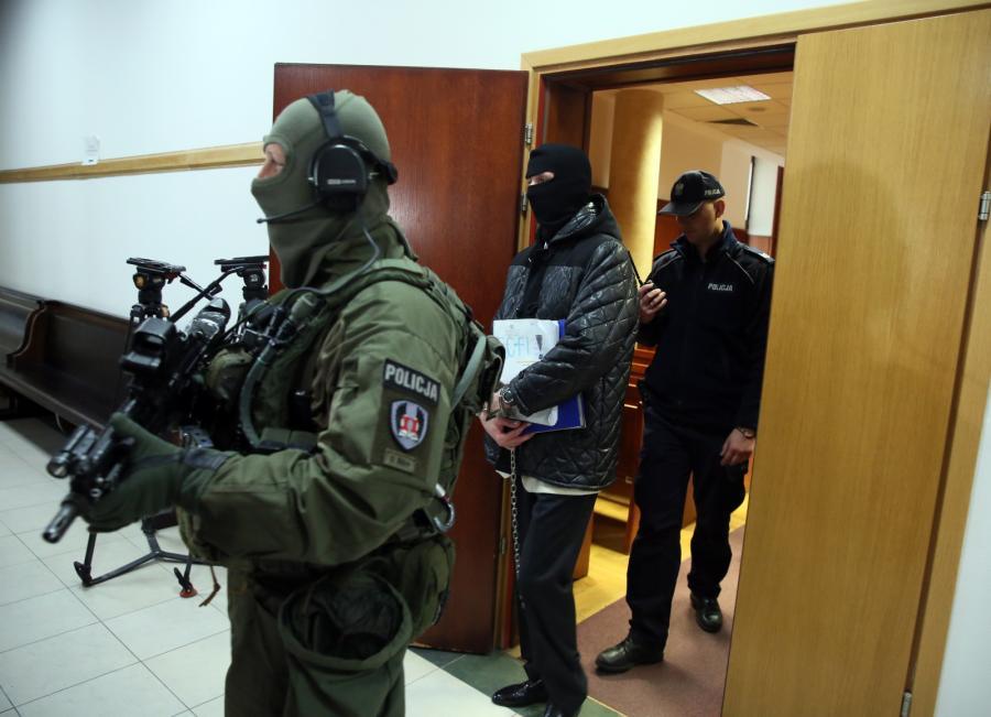 Oskarżony Igor M. ps. Patyk wyprowadzany z sali rozpraw
