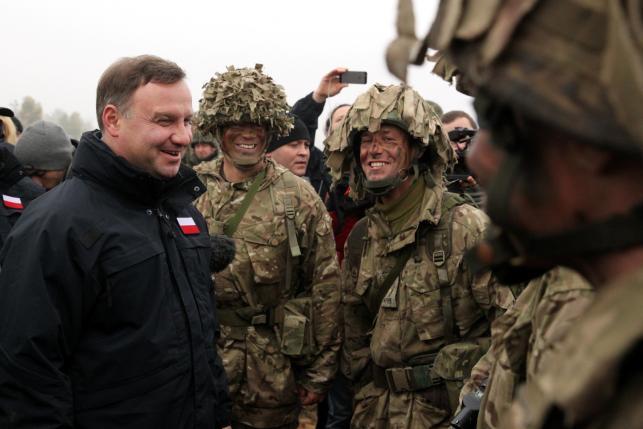 Prezydent Andrzej Duda i żołnierze brytyjskiej 12. Brygady Zmechanizowanej z Bulford