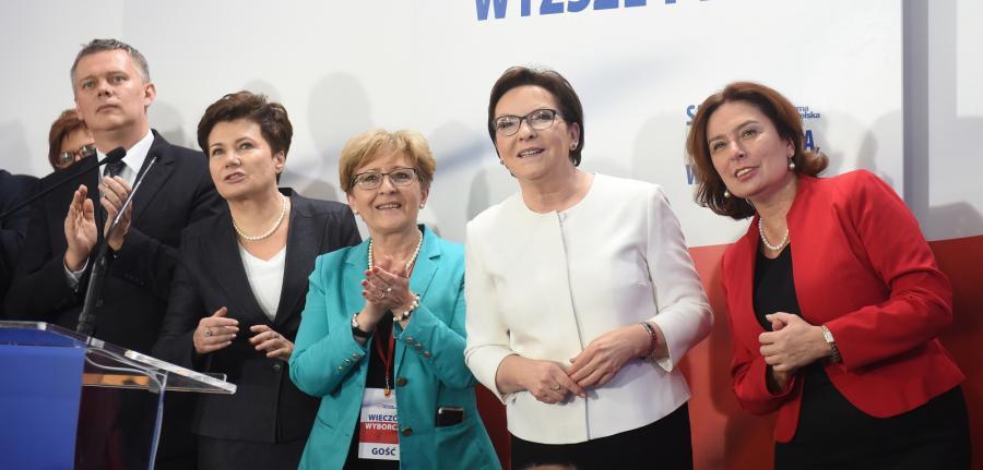 Od lewej: wicepremier Tomasz Siemoniak, prezydent Warszawy Hanna Gronkiewicz-Waltz, wicemarszałek Sejmu Elżbieta Radziszewska, premier Ewa Kopacz i marszałek Sejmu Małgorzata Kidawa-Błońska