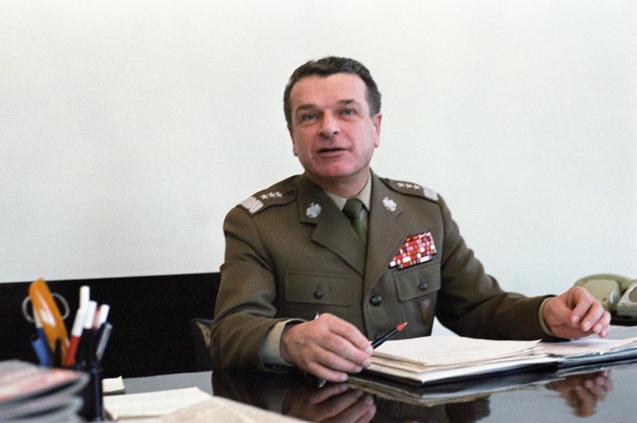Gen. Czesław Kiszczak w swoim gabinecie. Zdjęcie z roku 1984