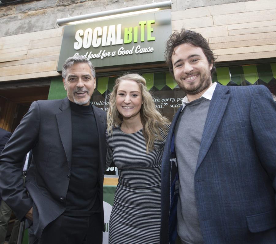 George Clooney i twórcy sieci Social Bite – Alice Thompson oraz Josh Littlejoh