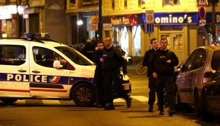 Francuscy policjanci na miejscu strzelaniny w Paryżu