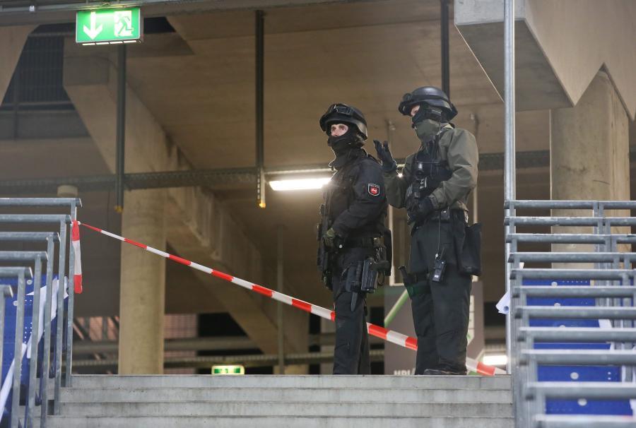 Tak wyglądała ewakuacja kibiców na stadionie w Hanowerze