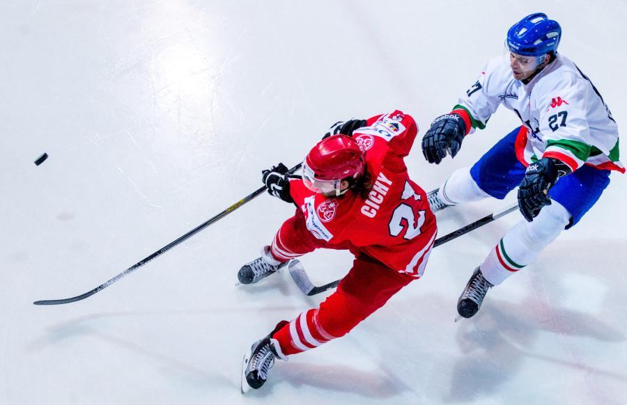 Michael Cichy (L) walczy o krążek z Włochem Jarim Monferrone\'m (P) podczas meczu hokejowego turnieju EIHC w Katowicach