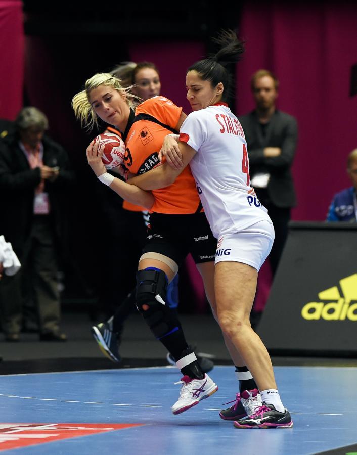 Monika Stachowska (P) i Holenderka Estavana Polman (L) w półfinałowym meczu mistrzostw świata piłkarek ręcznych w duńskim Herning