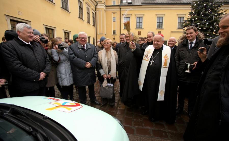 Kardynał Stanisław Dziwisz święci samochody