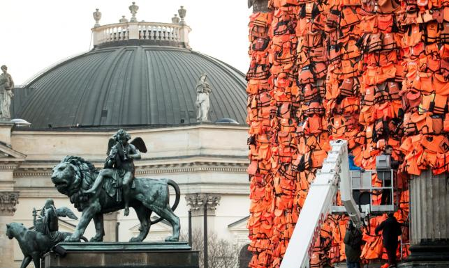 Ai Weiwei stworzył pomnik dla uchodźców. Na berlińskim Konzerthaus umieścił 14 tys. kamizelek ratunkowych