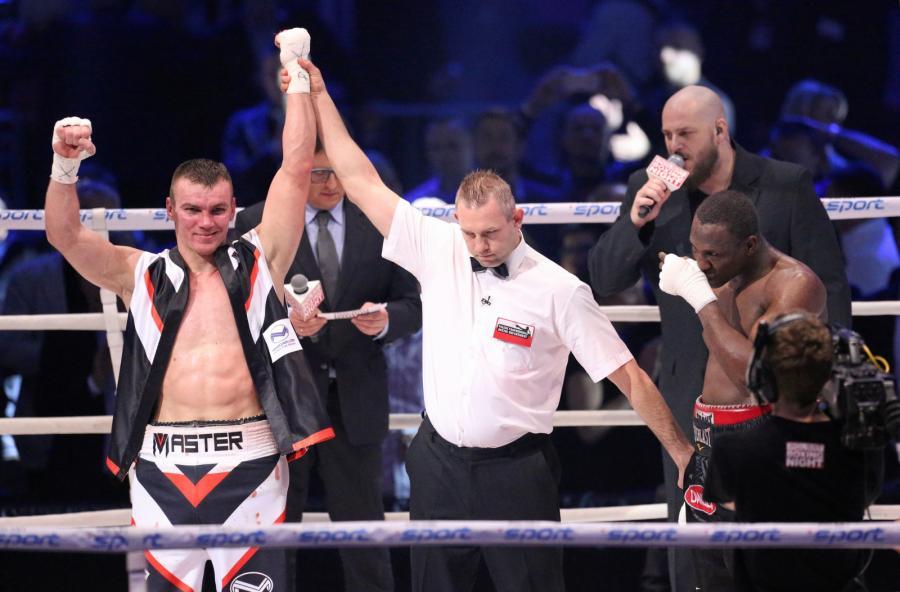 Mateusz Masternak (L) i Amerykanin Eric Fields (P) podczas ogłoszenia wyników walki w wadze junior ciężkiej, w trakcie gali bokserskiej Polsat Boxing Night