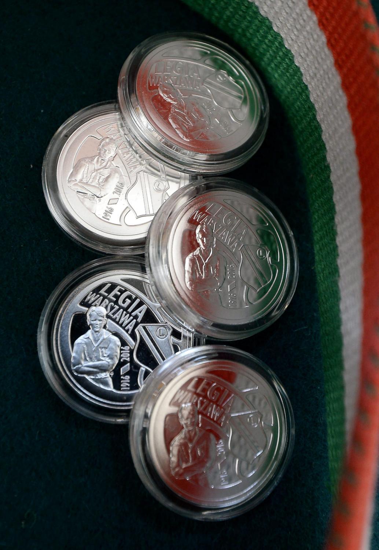 Srebrna moneta kolekcjonerska o nominale 5 zł upamiętniająca klub Legii Warszawa znalazła się w sprzedaży