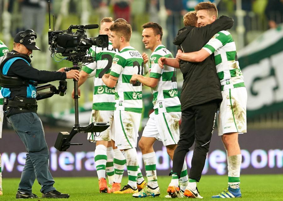 Piłkarze Lechii Gdańsk cieszą się ze zwycięstwa po meczu ostatniej kolejki rundy zasadniczej polskiej Ekstraklasy z Ruchem Chorzów