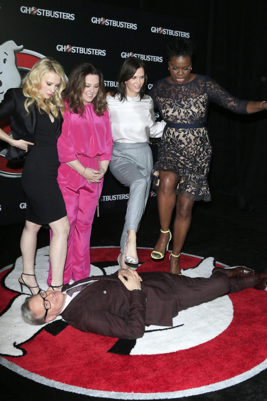 Pogromczynie duchów: Kate McKinnon,Melissa McCarthy, Kristen Wiig, Leslie Jones i ich reżyser Paul Feig