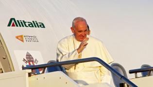 Papież w drodze na Lesbos