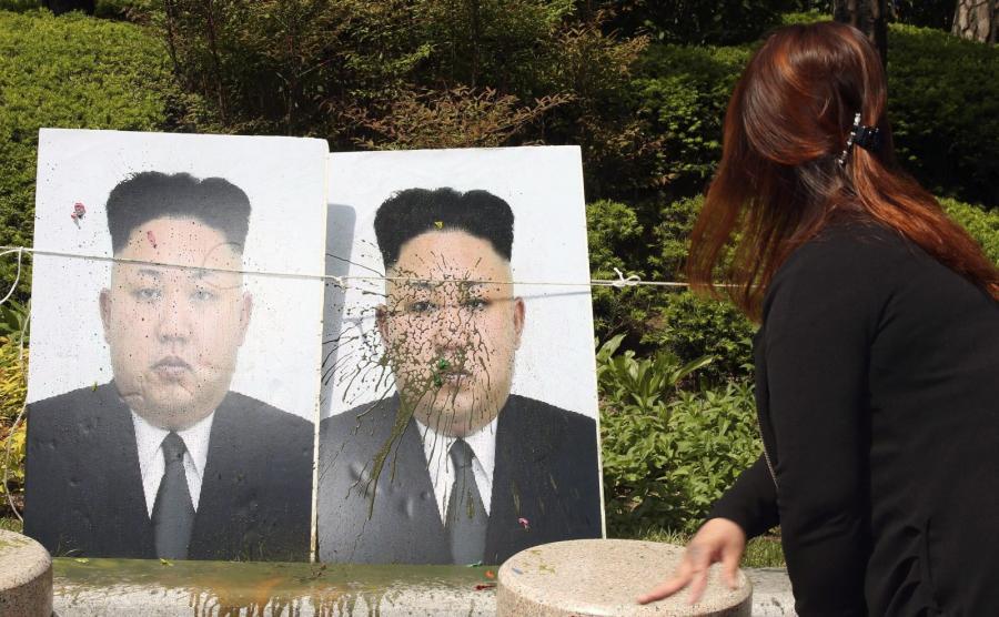 Korea Południowa. Akcja obrzucania balonami z farbą portretów Kim Dzong Una, przywódcy Korei Północnej