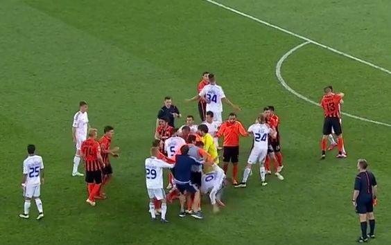 Bójka piłkarzy w trakcie meczu Szachtar - Dynamo